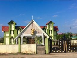 Eén van de vele kerken naast de weg.