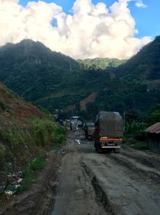 Vrachtwagens in de modder, wachtend.