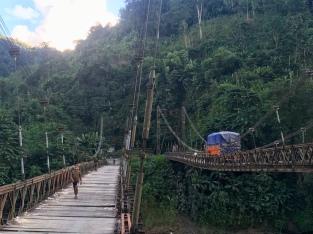 Eén voor één moeten de vrachtwagens de brug over.