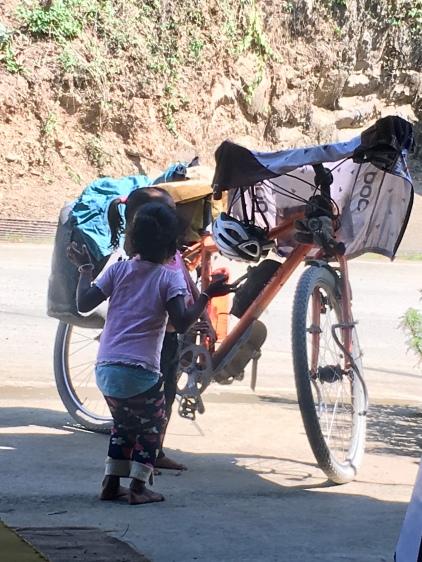 Kindjes zijn geïnteresseerd in mijn fiets.