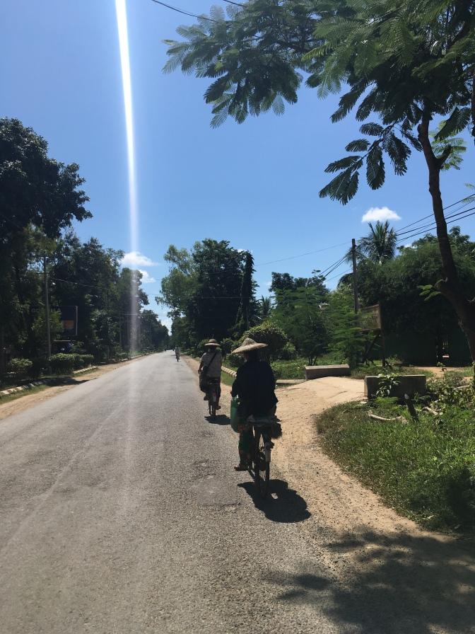 Fietsers met typische hoedjes (dag 1 in Myanmar);