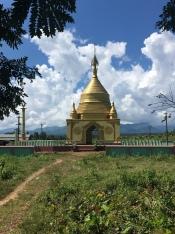 Pagoda naast de weg.