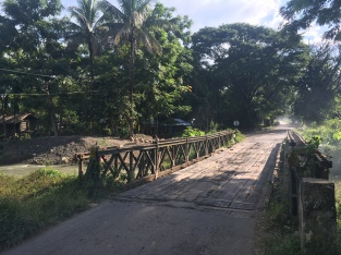 Bruggen in Myanmar, niet altijd even makkelijk om over te fietsen.