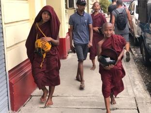 Boeddhistische monniken in Yangon.