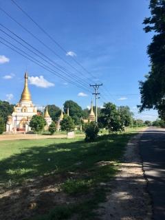 Andere tempel naast de weg.