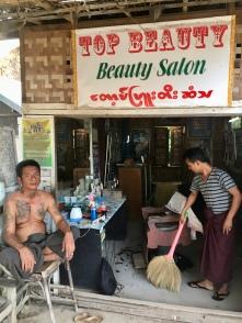 Kapper in Bagan.
