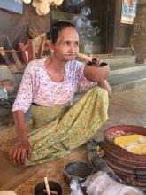 Rokende Myanmarese dame.
