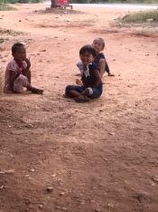 De kindjes vonden het heel leuk om een buitenlander te zien.