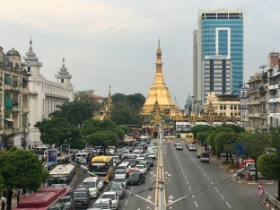 In Yangon enkel auto's.