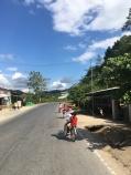 Veel kindjes op de fiets in Vietnam.