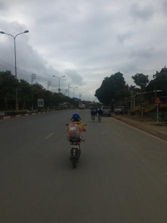 Kindjes op elektrische scooters.