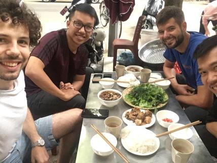 Jeroen, Hung en Nacho met lekker en goedkoop eten.