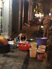 Afwas in Hanoi.