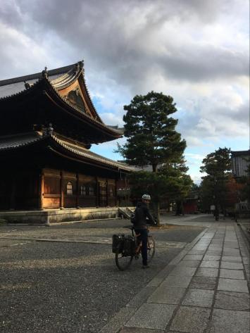 Op de fiets tussen de tempels in Kyoto.