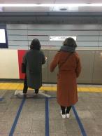 Flink aanschuiven in de lijn bij het wachten op de metro.
